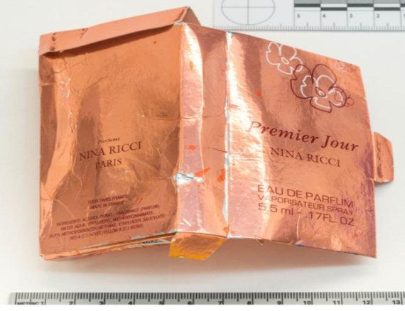 """AFP/""""Scanpix"""" nuotr./Šioje netikrų kvepalų pakuotėje buvo paslėpta medžiaga """"Novičiok"""""""