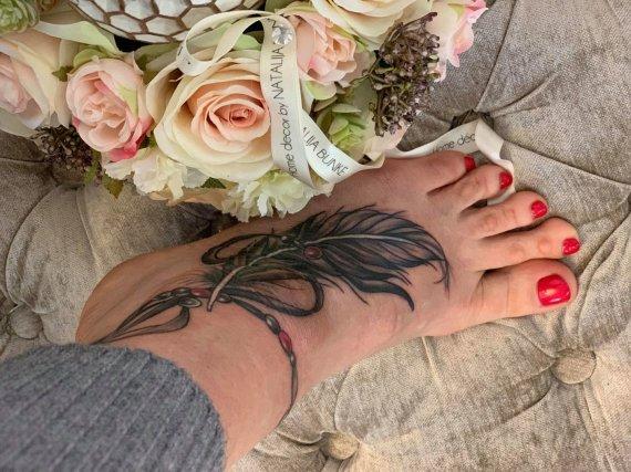 Asmeninio albumo nuotr./Natalijos Bunkės tatuiruotė ant kojos