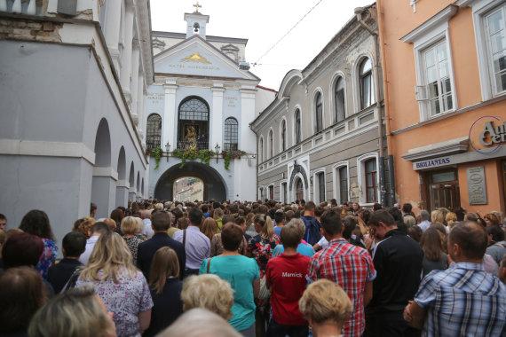 Juliaus Kalinsko/15min.lt nuotr./Vilniaus krašto moksleiviai meldžiasi prie Aušros vartų