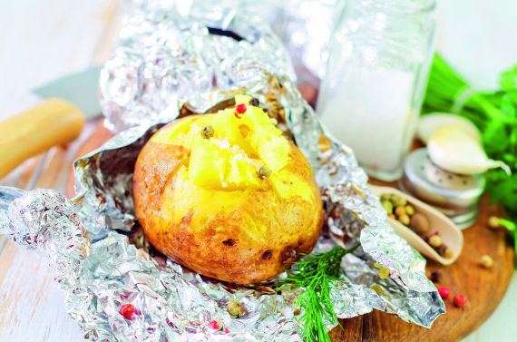 """""""Shutterstock"""" nuotr./Folijoje kepta bulvė"""