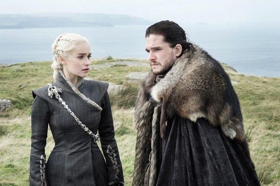 """HBO nuotr./Emilia Clarke ir Kitas Haringtonas seriale """"Sostų karai"""""""
