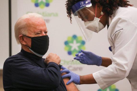 """""""Reuters""""/""""Scanpix"""" nuotr./Joe Bidenas skiepijamas nuo koronaviruso"""
