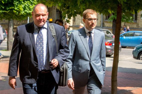 Vidmanto Balkūno / 15min nuotr./Vytautas Gapšys ir jo advokatas Saulius Juzukonis po STT apklausos