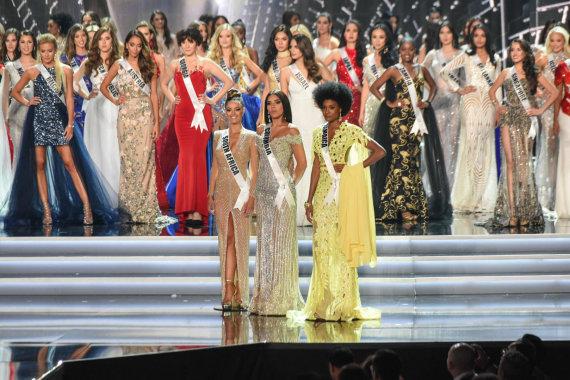 """AFP/""""Scanpix"""" nuotr./Nugalėtoja Demi-Leigh Nel-Peters (kairėje), pirmoji vicemis """"Mis Kolumbija"""" Laura Gonzalez ir antroji vicemis Davina Bennett iš Jamaikos"""