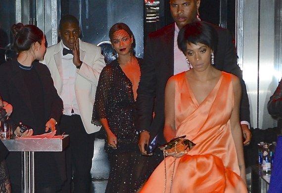 """AOP nuotr./Beyonce su vyru Jay-Z ir seserimi Solange Knowles """"Met Gala"""" pokylio dūzgėse"""