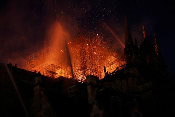 """""""Reuters""""/""""Scanpix"""" nuotr./Deganti Paryžiaus Dievo Motinos katedra"""