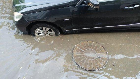 Skaitytojo nuotr./Automobiliai klimpo į atsidariusius šulinius