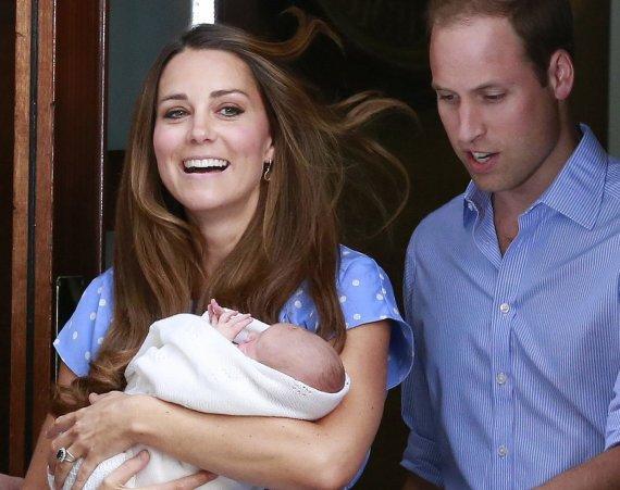 """""""Reuters""""/""""Scanpix"""" nuotr./Didžiosios Britanijos princas Williamas su žmona Catherine ir sūnumi princu Georgeu išeina iš ligoninės"""