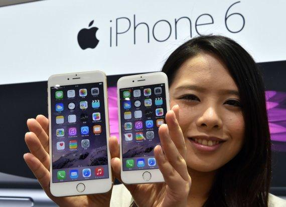 """AFP/""""Scanpix"""" nuotr./""""Apple"""" pradėjo prekybą išmaniaisiais telefonais """"iPhone 6"""" ir """"iPhone 6 Plus"""""""
