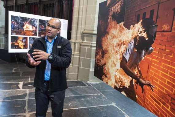 """AFP/""""Scanpix"""" nuotr./Pasaulio spaudos fotografijos apdovanojimas atiteko AFP """"degančio žmogaus"""" atvaizdui"""