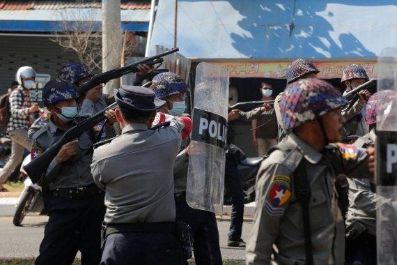 """""""Reuters""""/""""Scanpix"""" nuotr./Mianmaro policija guminėmis kulkomis šaudo į demonstrantus"""