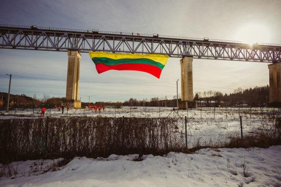"""Agentūros """"Žmonės Foto"""" nuotr./Vėliava ant Lyduvėnų tilto"""