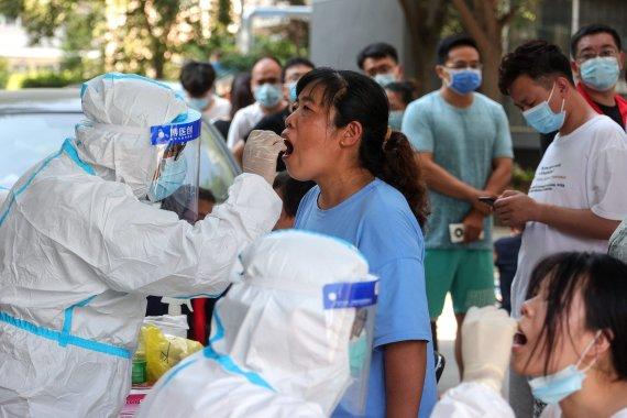 """AFP/""""Scanpix"""" nuotr./Kinijoje dėl delta atmainos protrūkio namuose įkalinti milijonai gyventojų"""