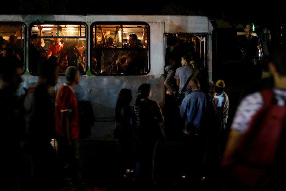 """Reuters""/""Scanpix"" nuotr./Nutrūkus elektros tiekimui Venesuela paskendo tamsoje"