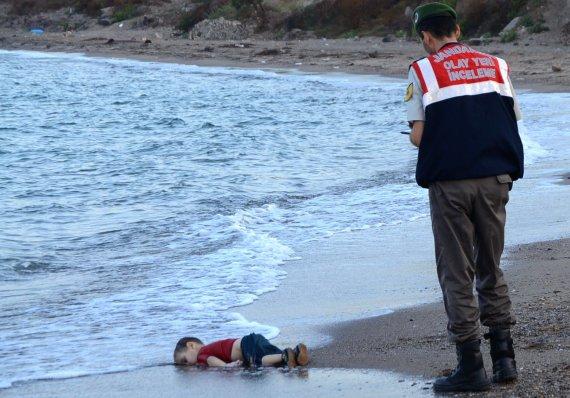 """AFP/""""Scanpix"""" nuotr./Nuskendusio migrantų vaiko kūnas"""