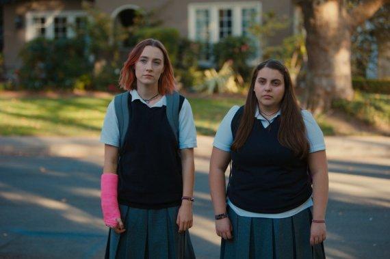 """Kadras iš filmo/Saoirse Ronan (kairėje) filme """"Lady Bird"""""""