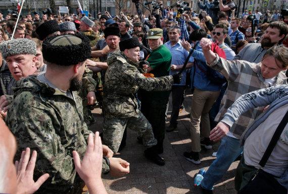 """AFP/""""Scanpix"""" nuotr./Kazokai puola protestuotojus"""