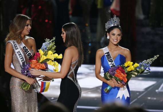 """Scanpix""/AP nuotr./Per klaidą karūnuota ""Mis Kolumbija"" Ariadna Gutierrez (kairėje) ir tikroji ""Mis Visata"" Pia Alonzo Wurtzbach"