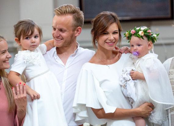 Vidmanto Balkūno / 15min nuotr./Lauros ir Šarūno Mazalų dukros krikštynų akimirka