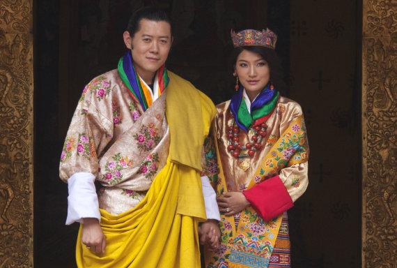 """""""Reuters""""/""""Scanpix"""" nuotr./Butano karalius Jigme Khesaras Namgyelas Wangchuckas ir jo nuotaka Jetsun Pema (2011 m.)"""