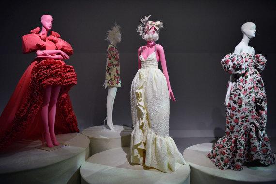 """AFP/""""Scanpix"""" nuotr./""""Giambattista Valli"""" 2020 m. pavasario ir vasaros kolekcijos modeliai"""