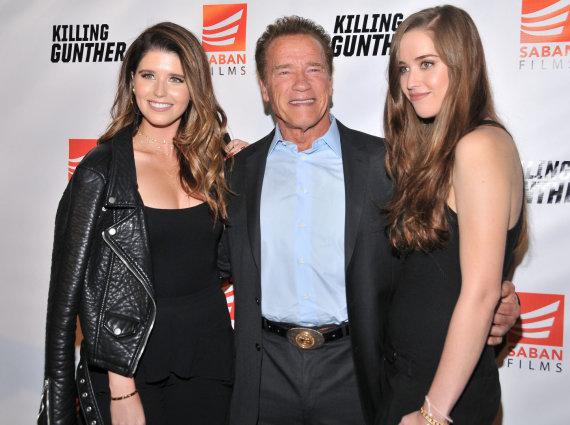 Vida Press nuotr./Arnoldas Schwarzeneggeris su dukromis Katherine (kairėje) ir Christina