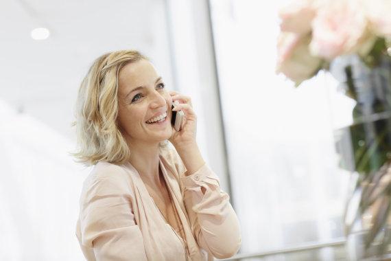 Vida Press nuotr./Moteris kalba telefonu