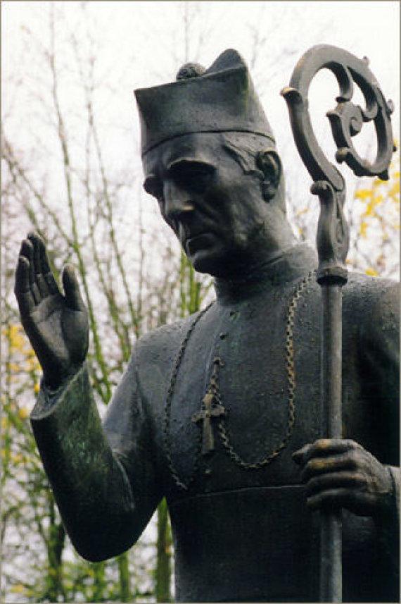 matulionis.info nuotr./Paminklas T.Matulioniui prie Kaišiadorių katedros