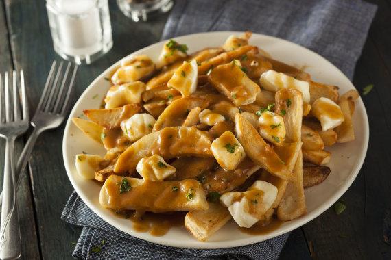 123rf.com nuotr./Poutine – keptos bulvytės, kurios gardinamos sūriu ir šiltu padažu
