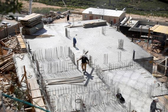 """""""Reuters""""/""""Scanpix"""" nuotr./Statoma Izraelio nausėdija okupuotame Vakarų Krante"""