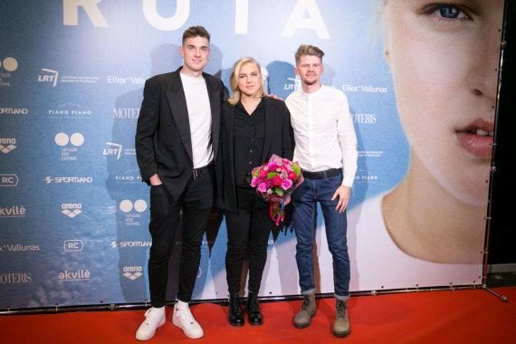 Juliaus Kalinsko / 15min nuotr./Rūta Meilutytė su filmo kūrėjais Ronaldu Buožiu ir Roku Daruliu
