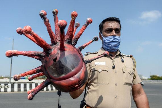 "AFP/""Scanpix"" nuotr./Rajesh Babu ir koronašalmas"