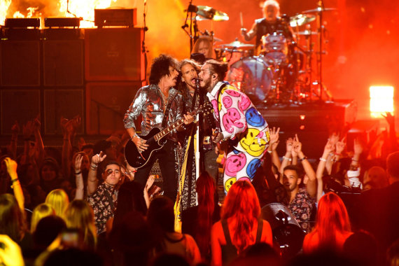 """AFP/""""Scanpix"""" nuotr./""""Aerosmith"""" ir Post Malone pasirodymas per MTV apdovanojimus"""