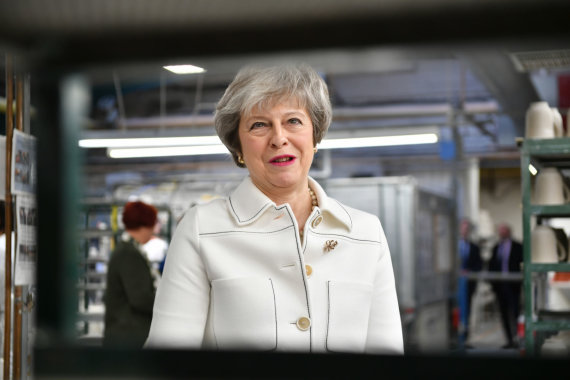 """""""Scanpix""""/""""PA Wire""""/""""Press Association Images"""" nuotr./Theresa May Stoko prie Trento mieste"""
