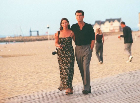 Vida Press nuotr./Pierce'as Brosnanas su žmona Keely Shaye Smith (1999 m.)