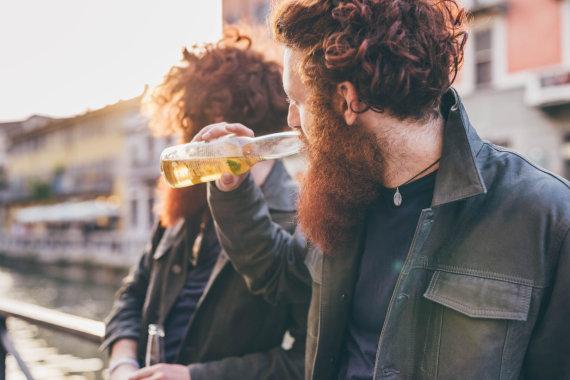 Vida Press nuotr./Vyrai geria alų