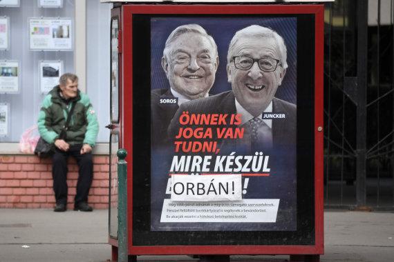 """AFP/""""Scanpix"""" nuotr./Plakatai su George'o Soroso ir Jeano-Claude'o Junckerio portretais Budapešte"""