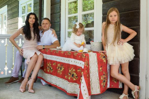 Algirdo Kubaičio nuotr./Andrius Rimiškis su žmona Vaida ir dukromis Andrėja bei Lėja