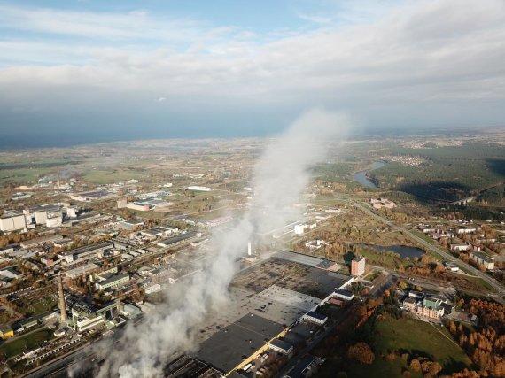 """PAGD nuotr./Rūkstantis padangų gamyklos """"Ekologistika"""" pastatas, spalio 17 d."""