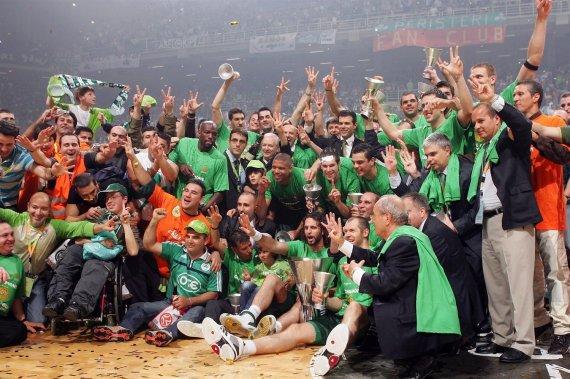 """Euroleague.net nuotr./Ramūnas Šiškauskas, Robertas Javtokas ir """"Panathinaikos"""" triumfas 2007 m."""