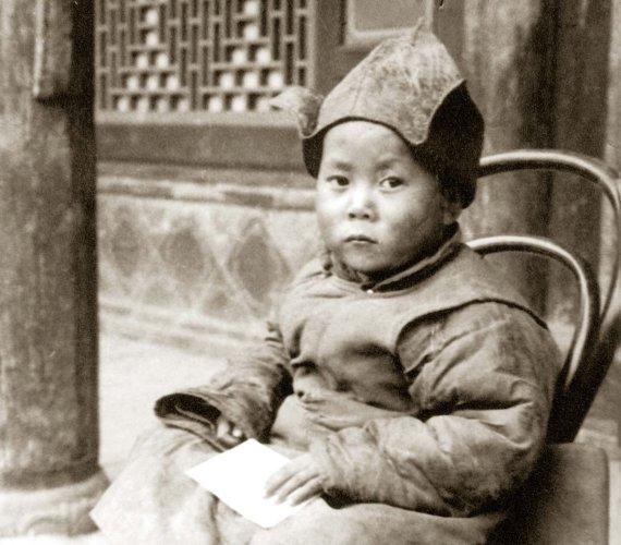"""Dalai Lama. Nuotraukos iš knygos """"Jo Šventenybė XIV Dalai Lama. Iliustruota biografija"""""""