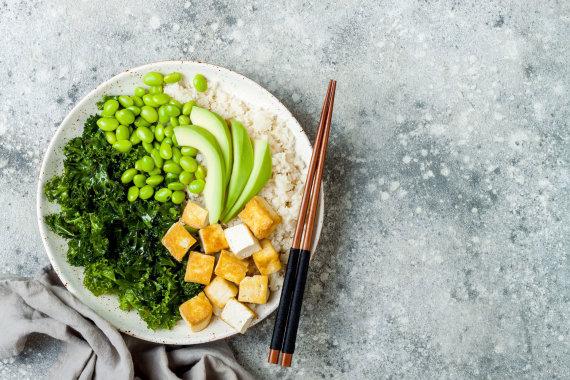 123RF.com nuotr./Tofu sūris su žaliomis daržovėmis – kale kopūstu, pupelėmis, avokadu ir žiediniu kopūstu