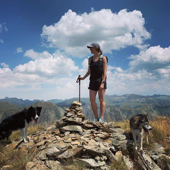 Asmeninio archyvo nuotr./Mingailė Skuodytė kalnuose su savo šunimis