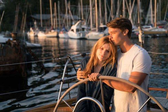 """Kadras iš filmo/Bella Thorne ir Patrickas Schwarzeneggeris filme """"Vidurnakčio saulė"""""""