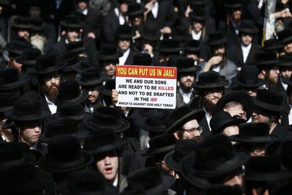 """AFP/""""Scanpix"""" nuotr./Izraelio ultraortodoksai protestavo prieš privalomąją karinę tarnybą"""