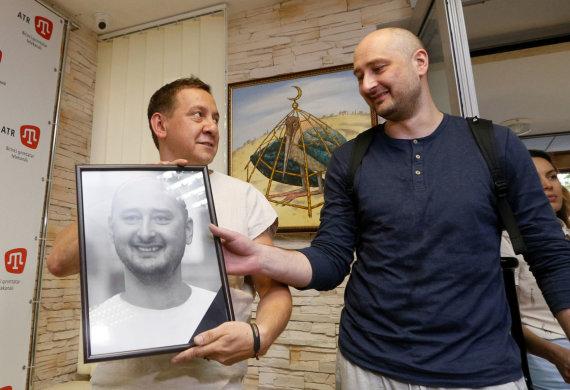 """Reuters""/""Scanpix"" nuotr./Arkadijus Babčenka su jo laidotuvėms paruoštu portretu"