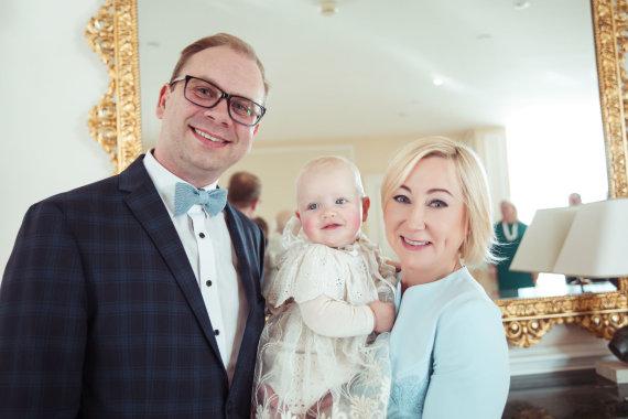 Viganto Ovadnevo nuotr./Rimante Žiemelytė ir Saulius Jermolajevas su krikšto dukra Elžbieta