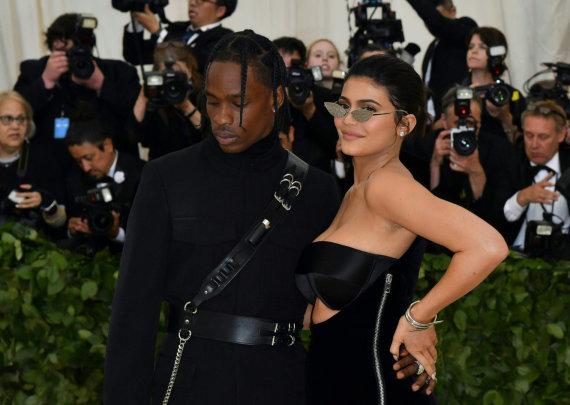 """AFP/""""Scanpix"""" nuotr./Kylie Jenner ir Travis Scottas šį pirmadienį """"Met Gala"""" pokylyje Niujorke"""