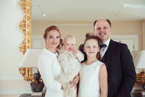 Viganto Ovadnevo nuotr./Kristina Zmailaitė ir Edmundas Seilius su dukromis