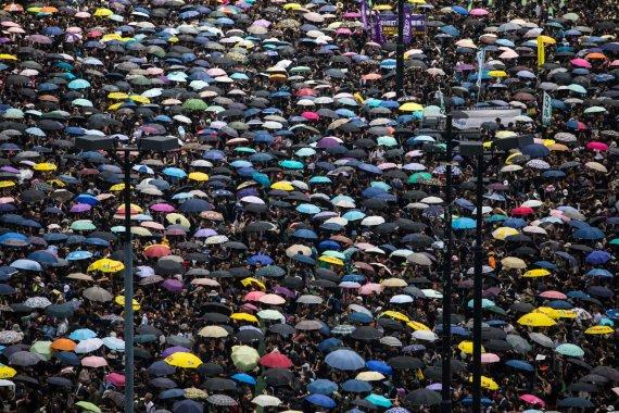 """AFP/""""Scanpix"""" nuotr./Į Honkongo gatves išėjo tūkstančiai protestuotojų"""